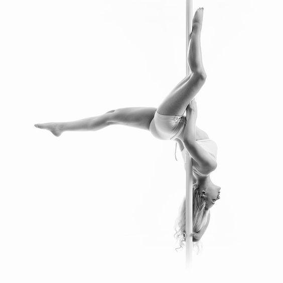 Lisää polee 🙌 Tapiolle @tapioaulu kiitokset tästäkin kuvasta 🙏 #poleart #poledance #poledancebuildthisbody #tankotanssi #finnishgirl #poledancer #photography #photoshoot #modeling #fitness #fitnessphotography