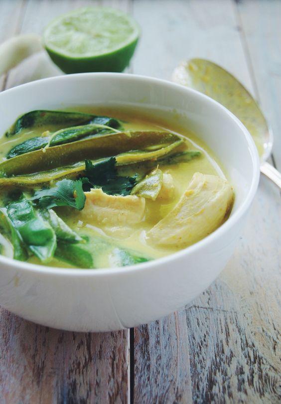 Une petite escapade en Asie avec cette délicieuse soupe au poulet ! Ingrédients pour 4 personnes : 80 cL de lait de coco 30 cL de bouillon de volaille 4 escalopes de poulet 120g de pois gourmands 2 oignons botte 1 bâton de citronnelle 2 càs d'huile de sésame grillé 2 càs de pâte de curry 1 piment vert frais (facultatif) 1 citron vert 1/2 bouquet de coriande sel, poivre
