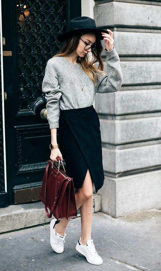 Street style look com sueter cinza, saia lápis, tênis e chapéu.: