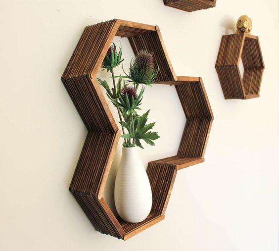 Os nichos de parede são uma opção para quem quer organizar e ao mesmo tempo decorar as paredes de casa. Ao meu entendimento, os nichos funcionam como pequenos divisores na parede que destacam o objeto dentro dele por possuírem todos os lados fechados,...: