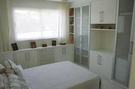 Resultado de imagem para camas de casal embaixo da janela apartamento pequeno