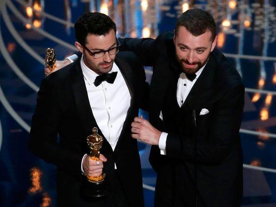 Sam Smith e Jmmy Napes recebem oscar por 'Writing's on the wall', do filme '007 contra Spectre' (Foto: REUTERS/Mario Anzuoni):
