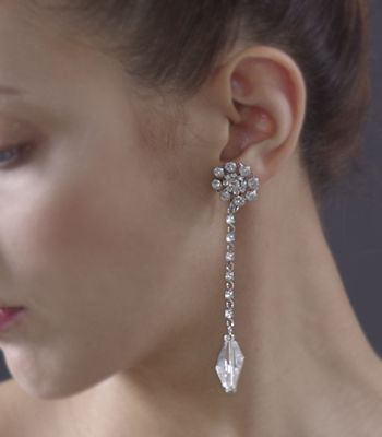 ネックレスなしでイヤリングを主役にするのも素敵♪ 花嫁の付けるイヤリング一覧。ウェディング・ブライダルの参考に。