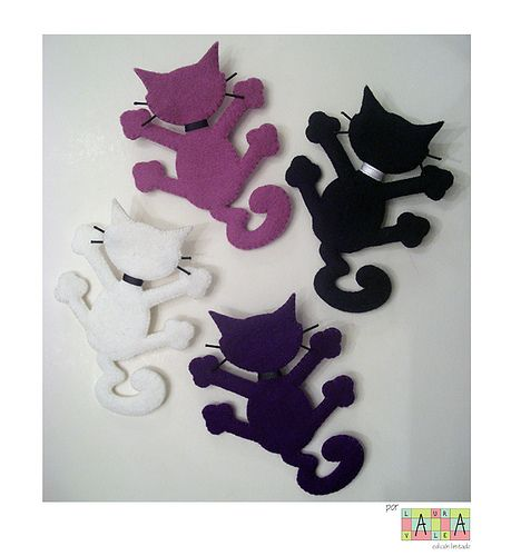 Perhaps I can make these with magnets in their paws. Little gifts for the fridge? gato-araña colores, via Flickr.