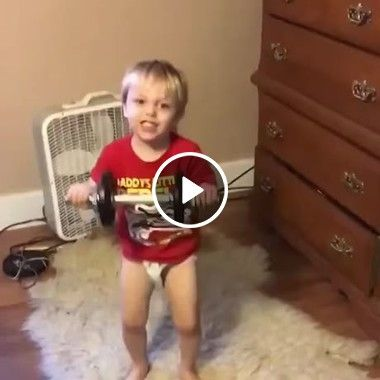 Esse garoto é quase um atleta de halterofilismo
