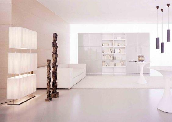 pur weißes wohnzimmer hochglanz wohnwand holz statuen - marmorboden wohnzimmer