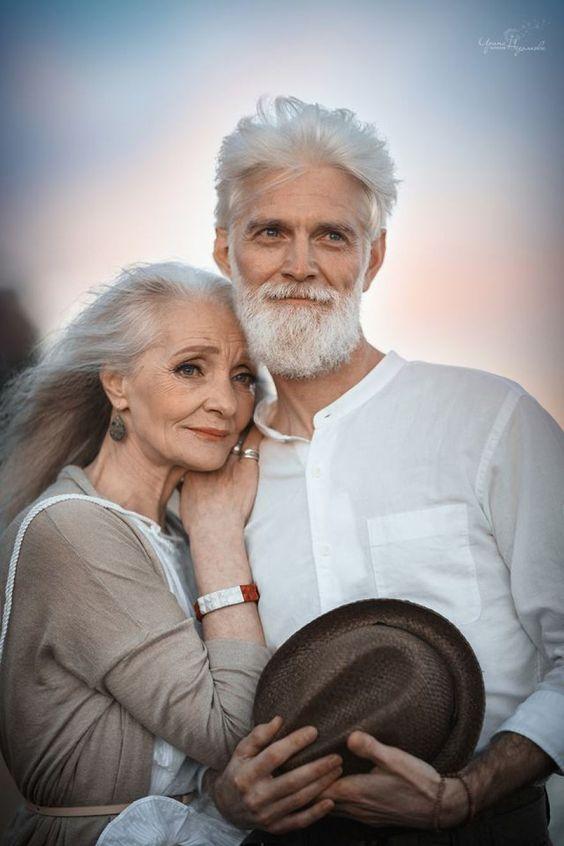 Pour montrer que l'amour transcende les assauts du temps, une photographe russe capture toute la tendresse d'un couple aux cheveux blancs