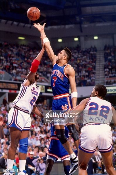 Fotografia de notícias : Kenny Walker of the New York Knicks shoots the...