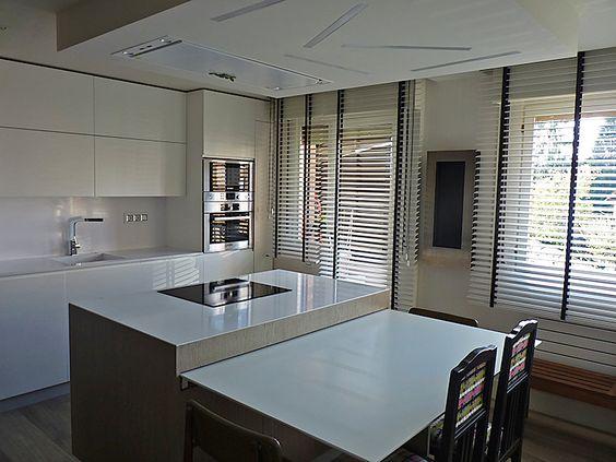 Cocina lacada en blanco con perfil madera venecianas - Mesa extraible cocina ...