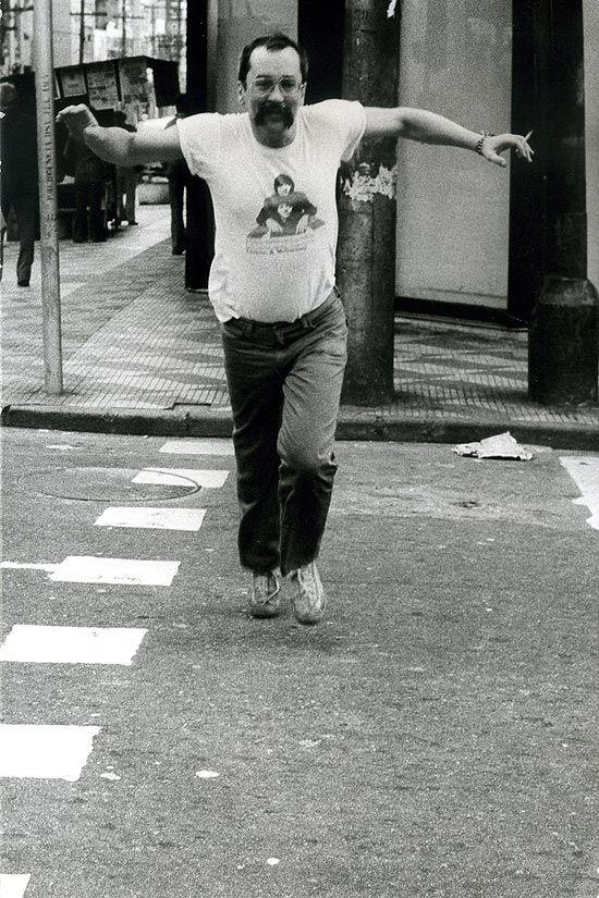 Paulo Leminski nas ruas de São Paulo em foto de 1983: