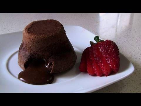 Coulant de chocolatengredientes necesarios - 4 huevos  - 115 gr. de chocolate fondant  - 75 gr. de mantequilla  - 75 gr. de azúcar  - 75 gr. de harina  - Cacao en polvo (opcional)