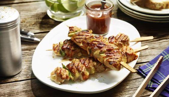 Zart gegrillte Hähnchenspieße mit süßen Ananas-Scheiben, würzigen Frühlingszwiebeln und herzhaften Bacon-Stücken übergossen mit einer aromatischen Curry-Sauce – probiert es jetzt aus!