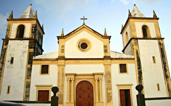 A Igreja da Sé, de onde é possível ter uma vista panorâmica de Recife, é de 1537 e exibe altares folhados a ouro e azulejos portugueses decorativos