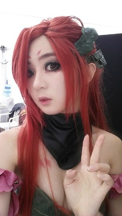 Zyra Cosplay her eye makeup is great and Zyra is my favorite!