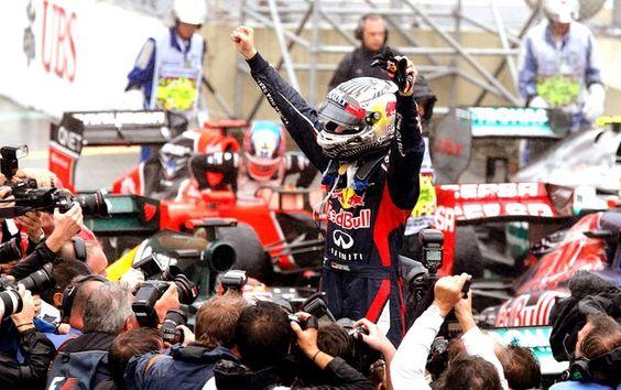26 - 25-nov-12 - Premio BRASIL de Fórmula 1 no Autódromo de Interlagos (São Paulo): Festa de Sebastian Vettel em Interlagos: a Fórmula 1 tem seu tricampeão mais jovem. Embora tenha chegado em 6o. lugar na corrida de hoje, mas como Alonso chegou em 2o. lugar, ele venceu o campeonato deste ano pelo número de pontos alcançados. Felipe Massa do Brasil chegou em terceiro e se emocionou no podium, pois o ano de 2012 para ele foi muito complicado. Parabéns ao Vettel! (Foto: Reuters)