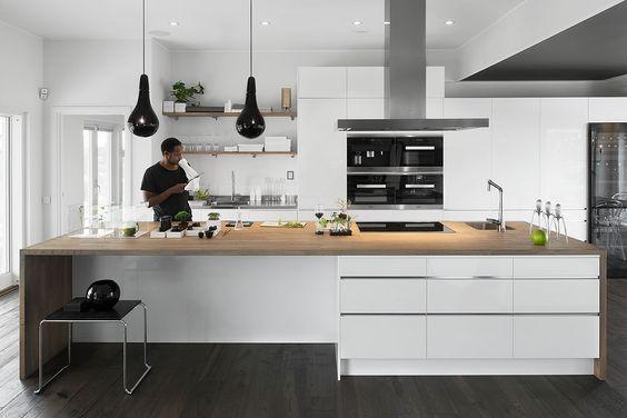 Tenker du på et hvitt kjøkken med minimalistisk uttrykk ...