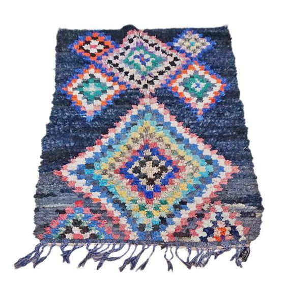 Wunderschöne Vintage marokkanischen Boucherouite Teppich handgemacht von Frauen in ihren Häusern im Atlas-Gebirge Marokkos. Jeder Teppich wird individuell über einen Zeitraum von Monaten Erstellen einer einzigartigen Design gemacht. Atemberaubende Farben und Design, dass jedes Muster hat eine andere Bedeutung, die Traditionen, Glück und Glück symbolisiert. Einmalige künstlerisch gestalteten Teppich einen zeitgemäßen Look zu jedem Raum abgeschlossen erstellen eine sehr dekorative Funktion als…