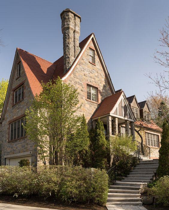 Les Ensembliers reform Tudor House in Canadá - Tempo da Delicadeza.  Les Ensembliers, uma empresa sediada em Montreal no Canadá e, pertencente aos arquitetos Maxime Vandal e Richard Ouellette , adicionou ao seu portfólio de projetos residenciais a reforma de uma casa Tudor.