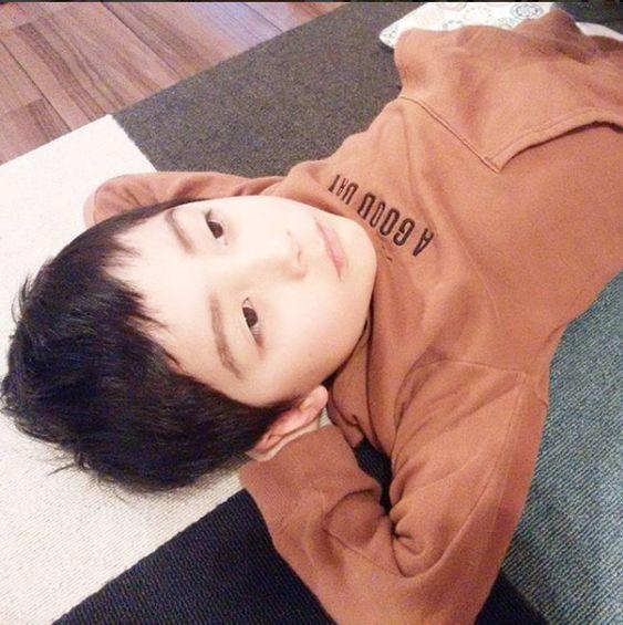 寝そべりながら何かを考える八代目市川染五郎のかっこいい画像