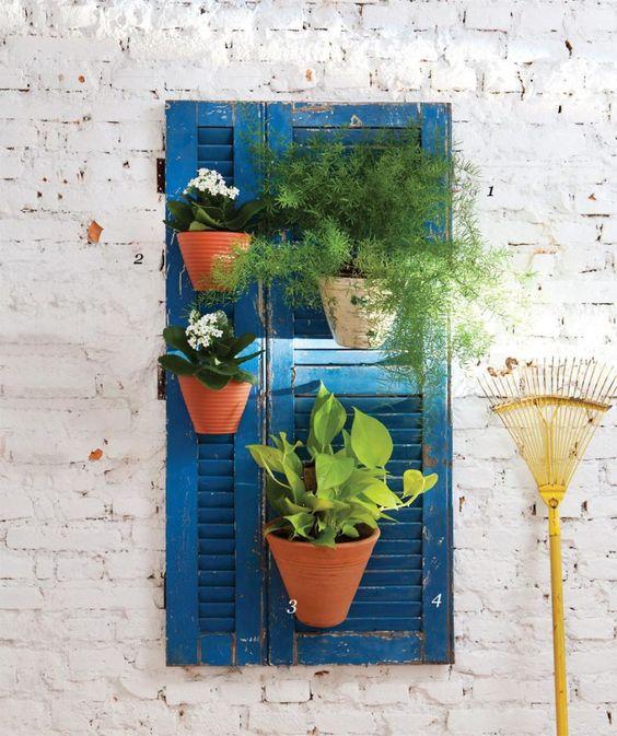 01-jardim-vertical-cheio-de-vasos-e-uma-opcao-para-espacos-pequenos: