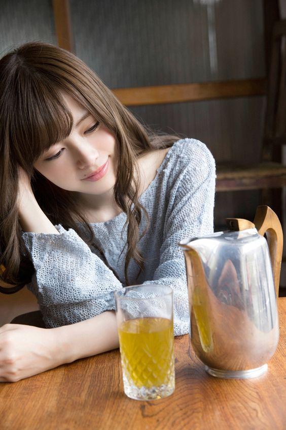 飲み物を見つめる白石麻衣