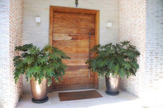 Ideias Para Decorar A Porta De Entrada Com Plantas E Flores Entradas De Casas Puertas De Entrada Entrada De Casas Modernas