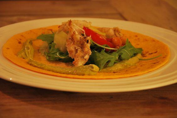Deze Mexicaanse fajita's zijn opgerolde of opgevouwen wraps met een vulling. Deze versie heeft pittig gekruide kip, ananas en guacamole als hoofdingrediënten.