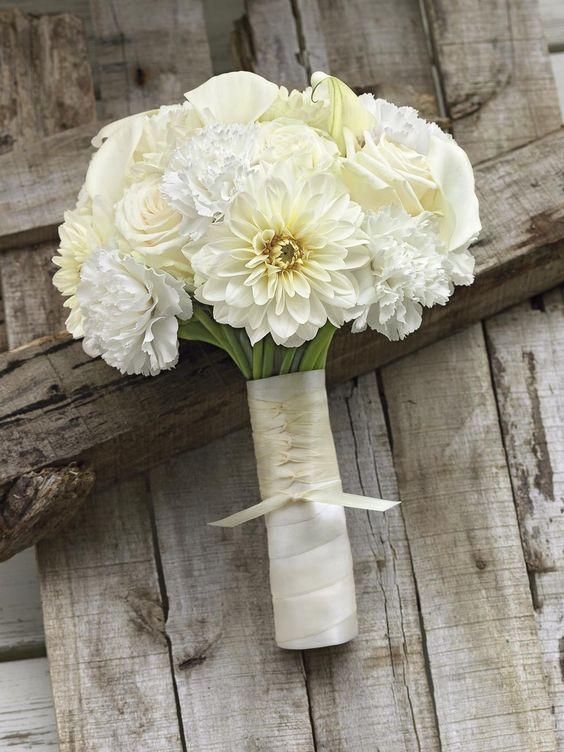 Edler Brautstrauß mit weißen Dahlien, Rosen und Nelken und cremefarbenem Band von weddingstyle.de