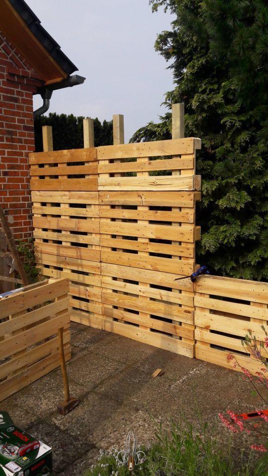 Paletten Recycling Bildschirm Diy Guide 1 2 Do Com Dei Sichtschutz 12docom Dei Diy Diy Gartenprojekte Diy Hinterhof Gartenzaun Selber Bauen
