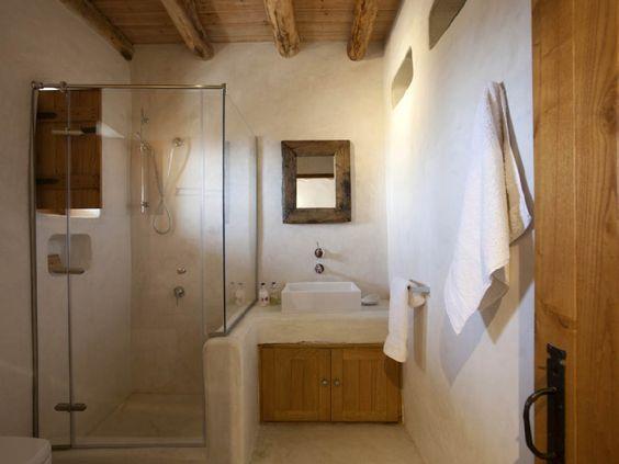 Reforma ba o r stico en casa rural con lavabo sobre mueble de obra zona de ducha con - Mueble lavabo rustico ...