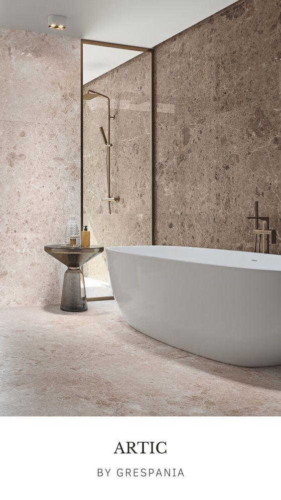 Att använda samma platta på golv och vägg men i olika kulörer eller i matt och blank ger ett stilrent badrum.