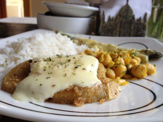 Milanesa GREEN con queso, arroz, esparragos y garbanzos con curry.