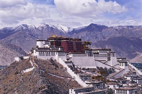 China 15 Conjunto histórico del Palacio del Potala en Lhassa residencia de invierno del Dalai Lama desde el siglo VII, es un símbolo del budismo tibetano y del papel desempeñado por éste en la administración tradicional del Tíbet. El conjunto palaciego –que se yergue sobre la Montaña Roja, en el centro del valle de Lhasa, a 3.700 metros de altitud– comprende el Palacio Blanco, el Palacio Rojo y sus edificios anejos.