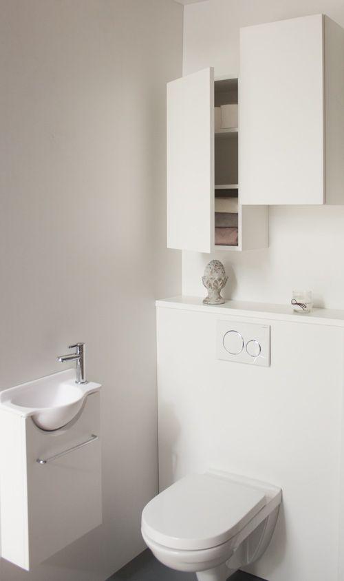 Installe Au Dessus Des Wc Les Armoires De Toilettes Sont Tres Pratiques Et Esthetiques Dans Rangement Toilette Amenagement Toilettes Meuble Haut Salle De Bain