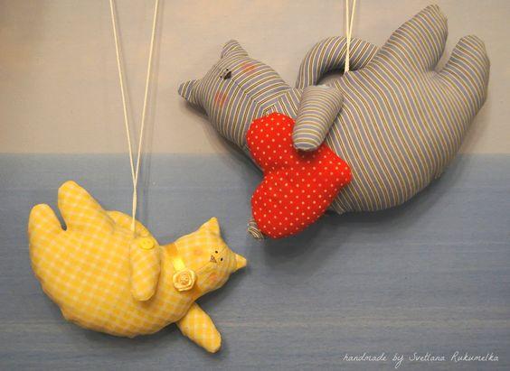 Летающие коты из старой мужской рубашки и детского платьеца.
