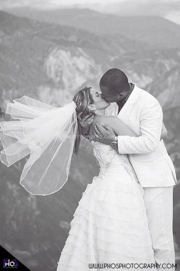 Beso de película de Phos Photography | www.matrimonio.com.co