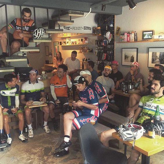 Ciclistas assistindo o #parisroubaix no KOF (CWB)