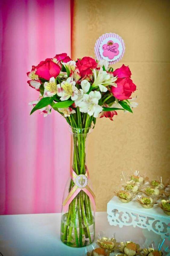 Arranjo simples e bonito, rosas e astromelias.