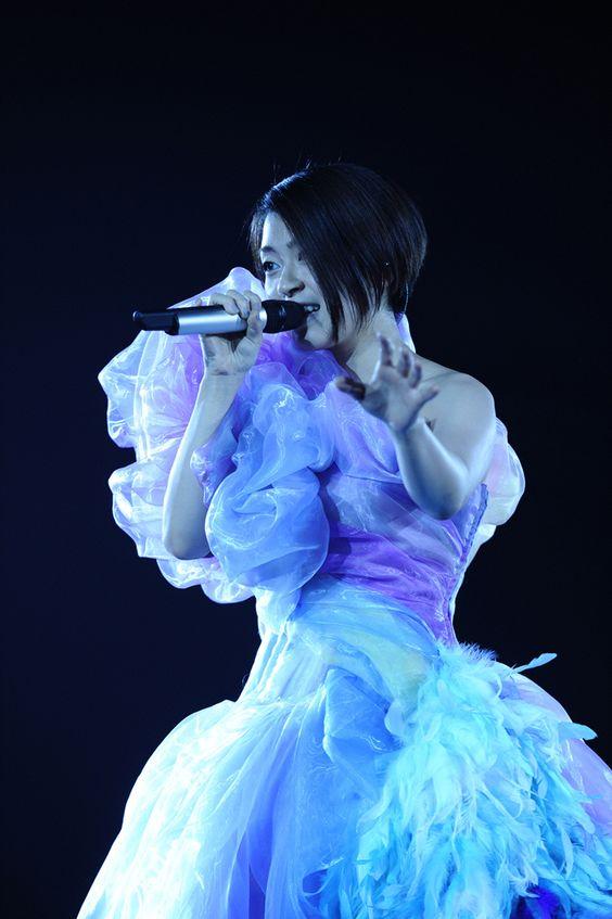 ドレス姿の宇多田ヒカル