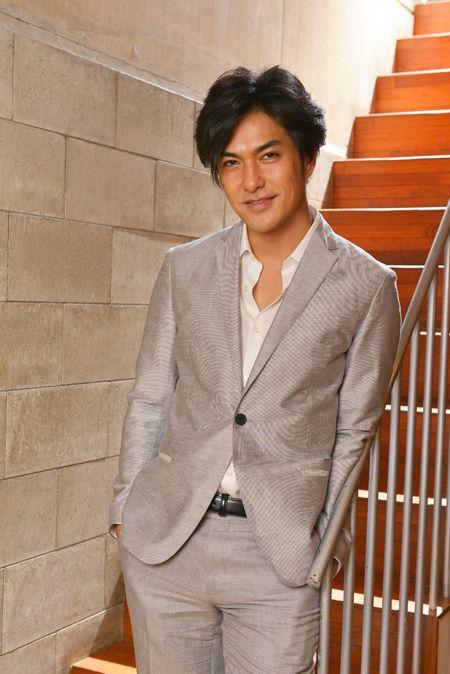 灰色のスーツを着た北村一輝