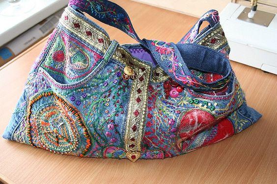 Cartera reciclada con un jeans gastado y bordado, aplicación de cintas varias, da una onda étnica.