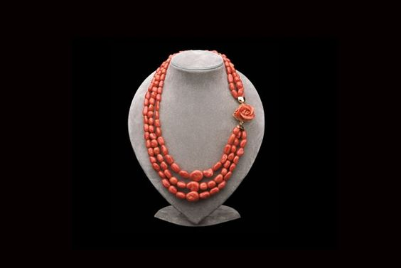NRN collana con tre fili di sassi in corallo, chiusura laterale in oro 18 kt con corallo inciso a rosa
