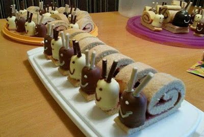 Kindertraktaties: Slakkengebak   Maak een opgerolde koek van biscuitdeeg, met jam ertussen. Rol hem niet helemaal op, en plak (met glazuur of jam) op het uiteinde een negerzoen. Maak oogjes en een mond met glazuurstift. Steek voorzichtig 2 chocolade stokjes als voelsprieten in de negerzoen.