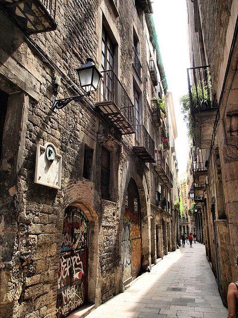 El Barrio Gótico de Barcelona  (en catalán y oficialmente Barri Gòtic) es uno de los cuatro barrios que forman el distrito de Ciutat Vella de Barcelona. El Barrio Gótico es el núcleo más antiguo de la ciudad y su centro histórico. El cardus y el decumanus romanos son los ejes de urbanización históricos del barrio en su parte más alta, el antiguo Monte Táber (plaza San Jaime).