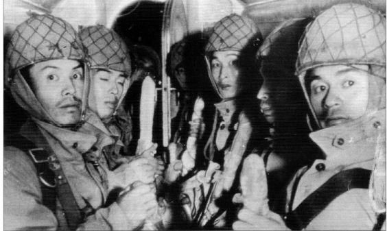 La noche del 13 de febrero los paracaidistas japoneses se lanzan sobre sus objetivos. Las fuerzas aliadas están desconcertadas y, en pocas horas, los aeródromos aliados son tomados por los paracaidistas japoneses en dos días. Asegurados los objetivos los aviones japoneses aterrizan en ellos y comienza el desembarco de material y tropas. Simultáneamente, las fuerzas de Infantería de Marina, apoyadas por unidades del Ejército, ocupan las primeras cabezas de playa en las costas de Sumatra.