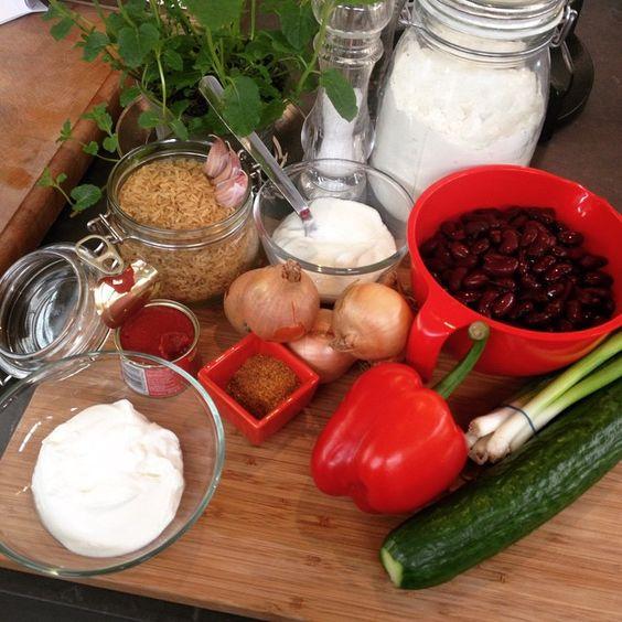 Caspar maakt vandaag bonen-rijstschotel met een Grieks tintje! Ook maakt hij er lekker gefrituurde uien en tzatziki bij! #kokenmetcaspar #ingredienten #koken recept #rtlkoffietijd #grieks #tzatziki #uien #rijst #bonen