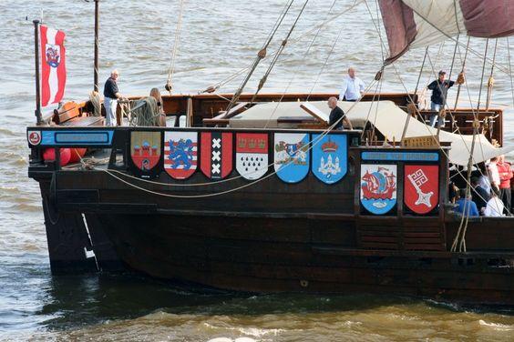 Die Kogge war ein robuster Frachtschiff Schiffstyp aus Holz mit einem Mast sowie einem rechteckigen ...