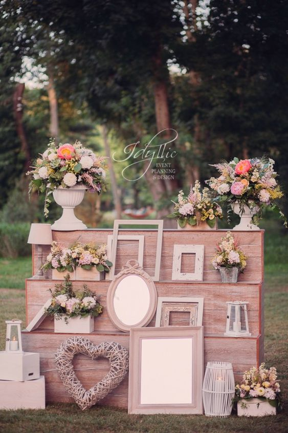photo corner nunta Palatul Mogosoaia -  decor lemn nunta / design de eveniment Idyllic Events / wedding photo corner