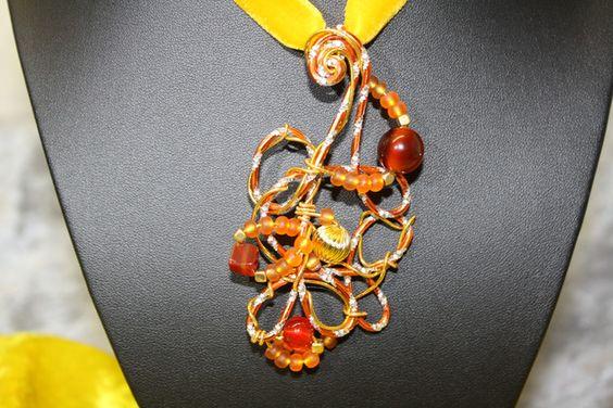 #Schmuck #Halsschmuck #Anhänger #Polaris #Wirework #orange #gold Hier zeige ich Euch einen außergewöhnlichen Anhänger mit Samtband, der wieder vielfach verwendbar ist. Der Anhänger besteht aus...