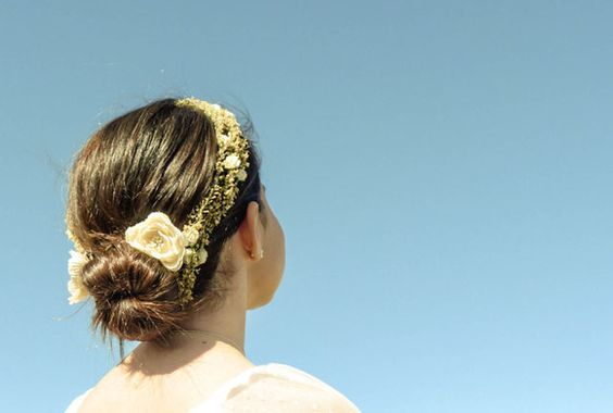 Una corona de flores puede hacer que un peinado sencillo sea de lo más original en la Comunión